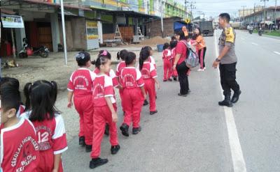 Bhabinkamtibmas Atur Lalin Dalam Giat Jalan Santai Pelajar SDN 12 Bodok