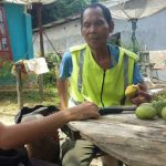 Pak Bhabinkamtibmas sambangi seorang Bapak di Desa Bonti