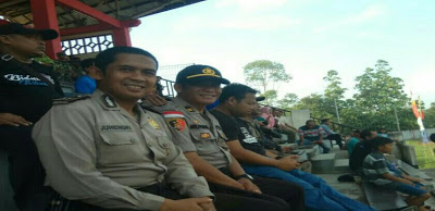 Personil Satuan Binmas Polres Sanggau Melaksanakan Pengamanan Sepak Bola di GOR Pancasila