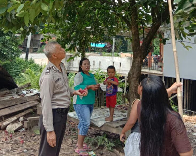 Bhabinkamtibmas sambangi  Warga Desa Penyeladi