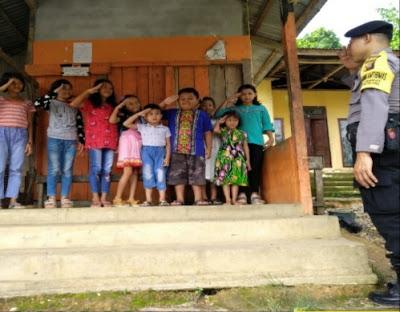 Bhabinkmtibmas Himbau Anak-Anak Agar Jangan Takut Dengan Polisi