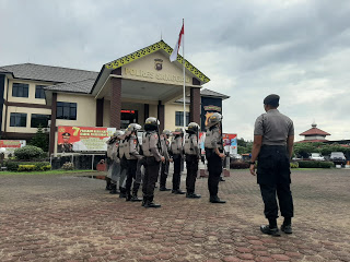 Tingkatkan Kemampuan Gerakan Dalmas, Anggota Polres Sanggau Latihan Dalmas di Halaman  Polres Sanggau