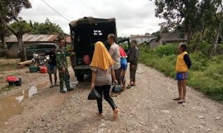 Polsek dan Koramil Kembayan Evakuasi Korban Banjir Di Kecamatan Kembayan