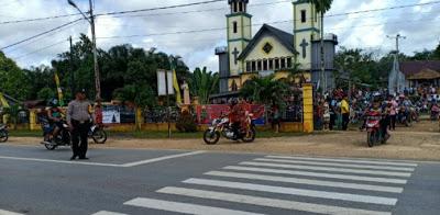 Brigpol Eky Suprianto Atur Lalin di Depan Gereja Paroki Hati Kudus Batang Tarang