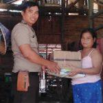 Peduli Warga Binaannya, Bhabinkamtibmas Polsek Beduai Berikan Bantuan Sembako