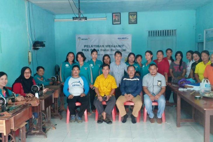 Antam Kalbar latih keterampilan menjahit masyarakat Desa Balai Belungai