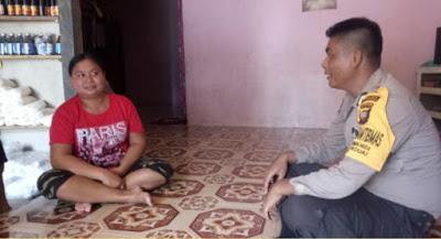 Bhabinkamtibmas sambangi seorang Ibu di Kecamatan Beduai