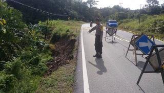Jalan Lintas Negara Indonesia-Malaysia Longsor
