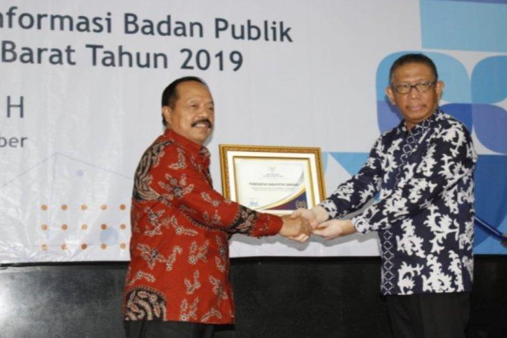 Pemkab Sanggau dianugerahi peringkat pertama Badan Publik Informatif