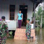 Koramil dan Polsek Kembayan Evakuasi Korban Banjir Di Kecamatan Kembayan