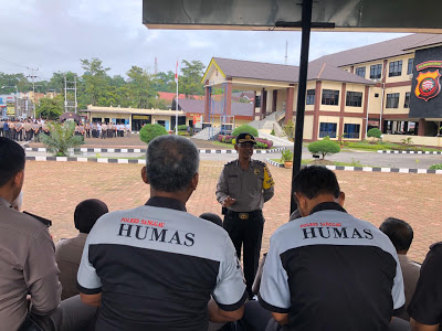 Kabagops Polres Sanggau Berikan Arahan Kepada Anggotanya di Tribun Promoter