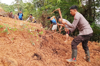 Material Longsor Tutup Akses Jalan, Kapolsek Meliau bersama Warga Lakukan Pembersihan