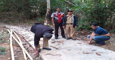 Bripka Wahyu Ari Wibowo Monitoring Pembangunan Jalan Rabat Desa Binaan