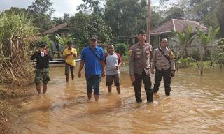 Kapolsek Meliau Cek Lokasi Banjir di Desa Kunyil dan Desa Kuala Buayan