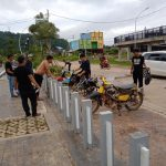Peduli Kebersihan, Serda Rudiansyah Rangkul Anak Motor Bersihkan Bundaran Jembatan Kapuas Tayan