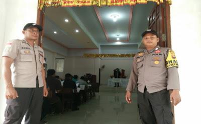Dua Personil Polsek Meliau Pam Gereja HKBP Kecamatan Meliau