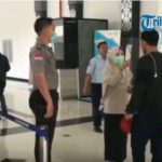 VIDEO: Anggota Subsektor Polsek Entikong Back Up Pemeriksaan Pelintas di PLBN Entikong