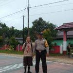 Bripka Eky.S Laksanakan Strong Poin di Depan SMP Slamet Riyadi Kecamatan Batang Tarang