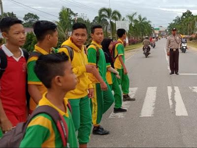 Pengaturan Lalu Lintas  Bripka Sutikno di SMP Negeri 1 Kembayan