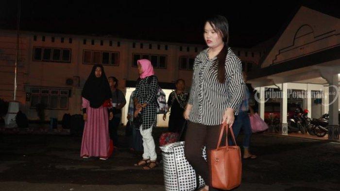 FOTO: Sebanyak 66 Pekerja Migran Indonesia Bermasalah Dideportasi dari Malaysia Lewat PLBN Entikong - imigran-indonesia1.jpg