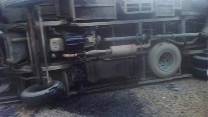 BREAKING NEWS - Laka Truk dan Bus di Jalan Raya Tayan Hilir-Batang Tarang, Bus Ditabrak Saat Mutar