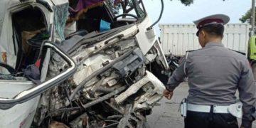 Tabrakan bus sekolah vs truk, seorang siswa SD meninggal