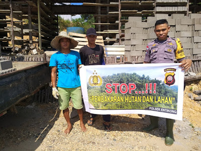 Stop Pembakaran Hutan dan Lahan Bhabinkamtibmas Sampaikan Menggunakan Spanduk