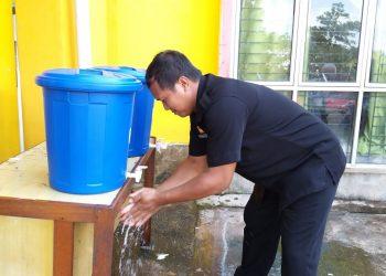DPM Pemdes Kab. Sanggau Galakkan Cuci Tangan Sebelum Masuk Kantor