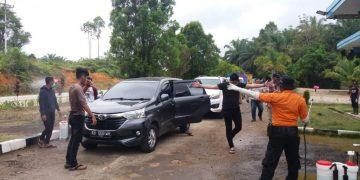 Penyemprotan Disinfectant pada kendaraan yang keluar masuk Kab.Sanggau – Dinas Kesehatan