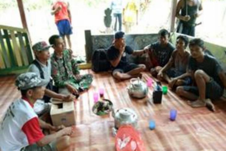 Prajurit Satgas TMMD anjangsana ke rumah warga