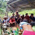 Bhabinkamtibmas Hadiri Prosesi Adat Tolak Bala Virus Corona di Desa Engkode
