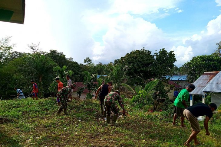 Prajurit Satgas TMMD membaur bersama warga
