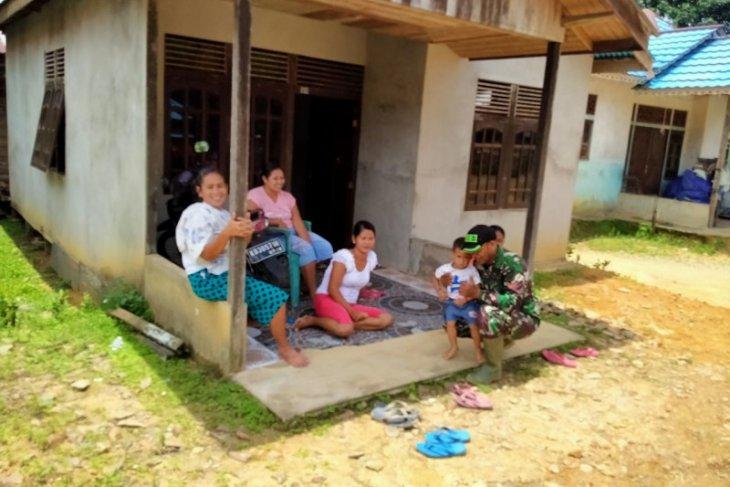 Prajurit Satgas TMMD anjangsana ke Dusun Sekura, ini dilakukannya