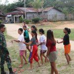 Prajurit TMMD semangati anak-anak latihan menari