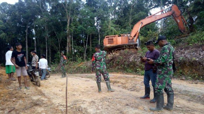 Personel Satgas TMMD Kodim Sanggau dan Warga Awasi Proses Pengerjaan Jalandi Dusun Jonti