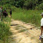 Satgas TMMD Kodim 1204/Sanggau Bersama Warga Ukur Secara Manual Jembatan yang Bakal Diperbaiki