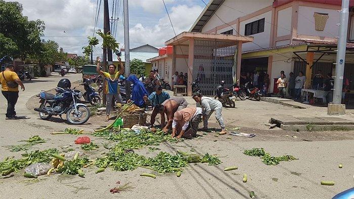 Aksi Protes, Pedagang Pasar Jarai Sanggau Kalbar Buang Dagangan ke Jalan Raya
