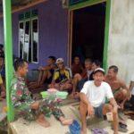 Personel Satgas TMMD Kodim 1204/Sanggau Silahturahmi Bersama Warga Dusun Jonti