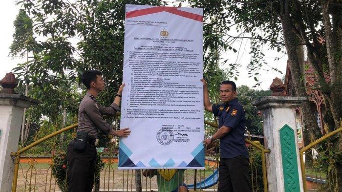 Polres Sanggau dan Polsek Jajaran Pasang Maklumat Kapolri, Dilarang Berkumpul di Tempat Keramaian