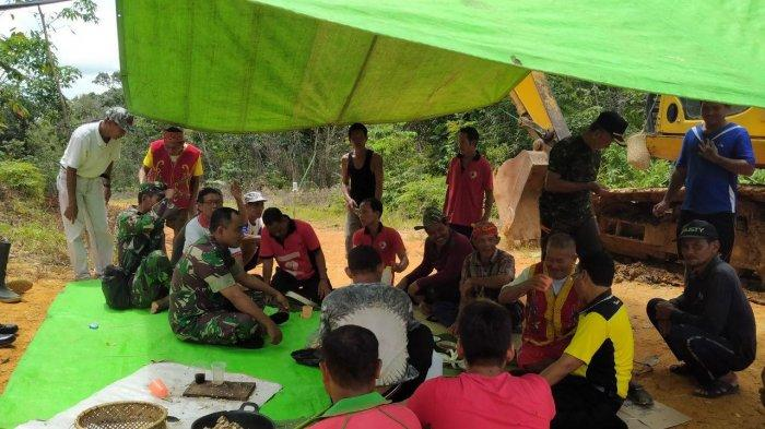 Dilokasi TMMD Kodim Sanggau, Pasiter Kodim Sanggau:Kearifan Lokal Perlu Dilestarikan dan Kita Jaga