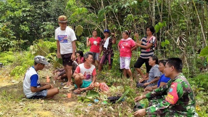 Hilangkan Rasa Lelah, Satgas TMMD Kodim Sanggau Ngobrol Bersama Warga Dusun Sekura