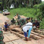 Satgas TMMD Kodim Sanggau Gotong Royong Bersama Warga Rehab Jembatan di Dusun Jonti