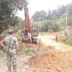 Warga dan Satgas TMMD Kodim Sanggau Awasi Proses Pengerjaan Jalan