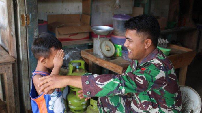 Satgas TMMD Regtas ke-107 Kodim Sanggau Praka Yamim Anjangsana di Kediaman Warga Sekura