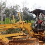 Anggota Satgas TMMD Kodim Sanggau Naik Greder Awasi Pekerjaan