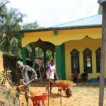 Satgas TMMD Kodim Sanggau Gotong Royong Bersama Warga Dusun Sekura