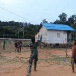 Anggota Satgas TMMD Kodim Sanggau Olahraga Badminton Bersama Warga