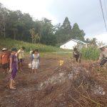 Bhabinkamtibmas Turung Langsung Bantu Petani Bersihkan Lahan