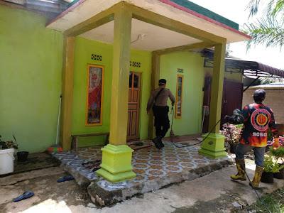 Bhabinkamtibmas Semprotkan Cairan Disinfektan di Desa Binaan