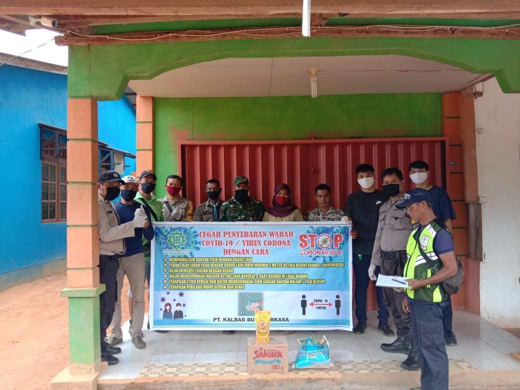 Petugas Polsek Tayan dan Babinsa Kawal Penyaluran Bantuan Sembako dari Tiga Perusahaan